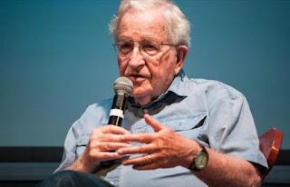 Chomsky: Trump podría usar falso atentado para mantener el poder