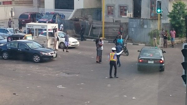 Ch3f84bW0AAO509 Photos: Man proposes to his girlfriend in traffic at Agnes junction, Yaba
