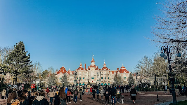 how to see disneyland paris in one day- Disneyland hotel