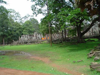 Monges rezando em Angkor - Camboja