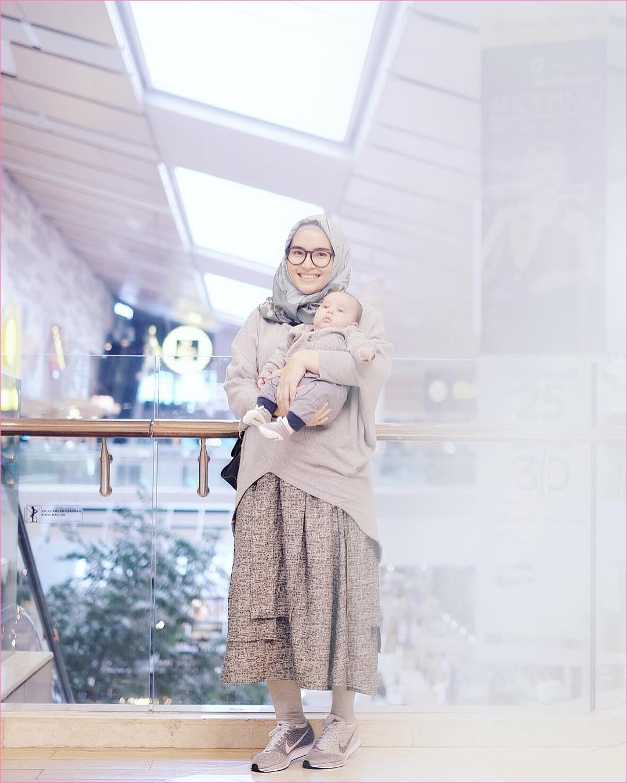 Outfit Rok Untuk Hijabers Ala Selebgram 2018 kets sneakers coklat tua putih nike kerudung segiempat hijab square abu tua top blouse krem handbags hitam broomstick skirt coklat tua legging kacamata bulat ciput ootd trendy