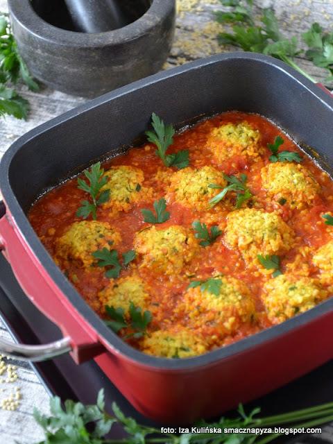 kulki z kaszy jaglanej i żółciaka, sos ze świeżych pomidorów, pulpeciki z grzybów i kaszy, aromatyczny sos pomidorowy,  obiad bez mięsa, danie wegetariańskie, vege obiad
