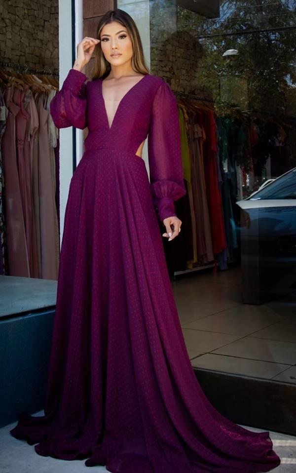 vestido de festa longo cor uva com manga longa para casamento