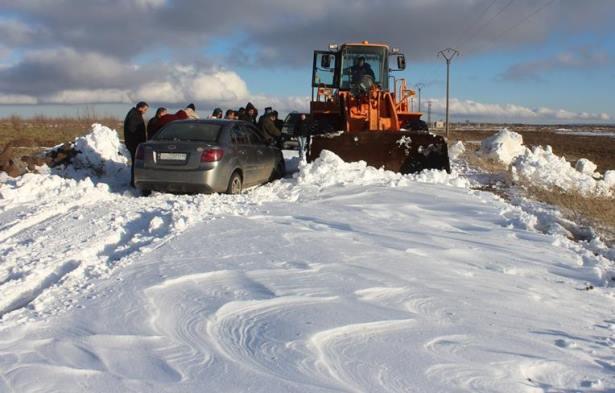 فتح بعض الطرق في ظهر الجبل وعدد من القرى بالسويداء جراء تساقط الثلوج