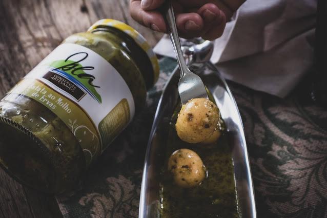 Batatas em conserva em petisqueira com pote ao lado