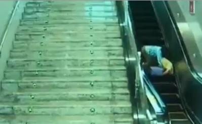 Σύρθηκε στην κυλιόμενη σκάλα πιασμένος από τα μαλλιά!