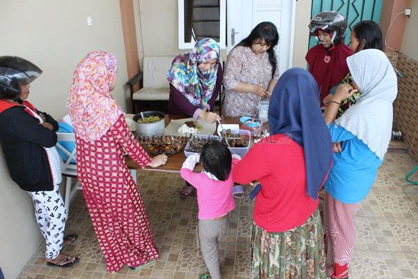 Bantu Kaum Dhuafa, Warung Ikhlas Ini Jual 100 Bungkus Nasi Dalam 45 Menit. Ini Yang Dilakukannya