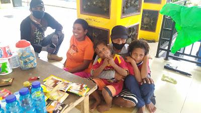 Yoyo Ohoiwutun dan Fredy Letsoin saat bersama saudarinya Yeti Letsoin terlihat bercengkrama bersama kedua keponakannya di lapangan Merdeka Ambon