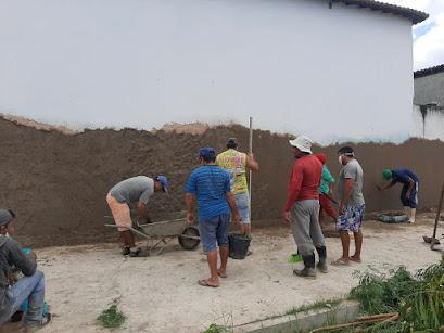 Voluntários rebocam parede de escola em Apodi