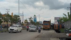 Parkir di Pinggir Parit, Truk Muatan Batubara 20 Ton Terguling di Jalan HR Soebrantas Panam