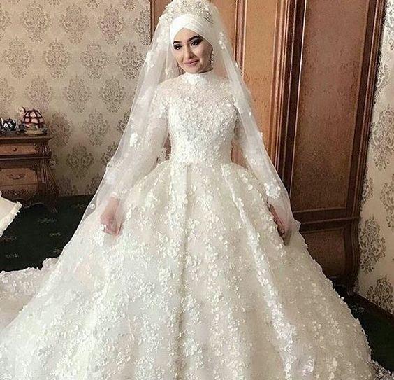 فستان أبيض منفوش للمحجبات