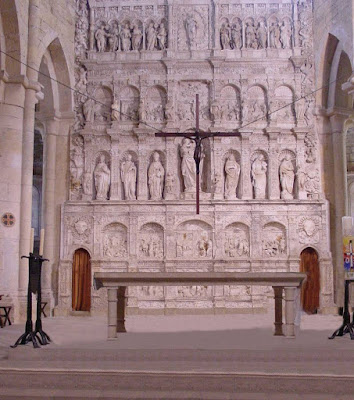 el retablo del Real Monasterio de Poblet se construyó entre 1527 y 1529 por el valenciano Damián Forment.