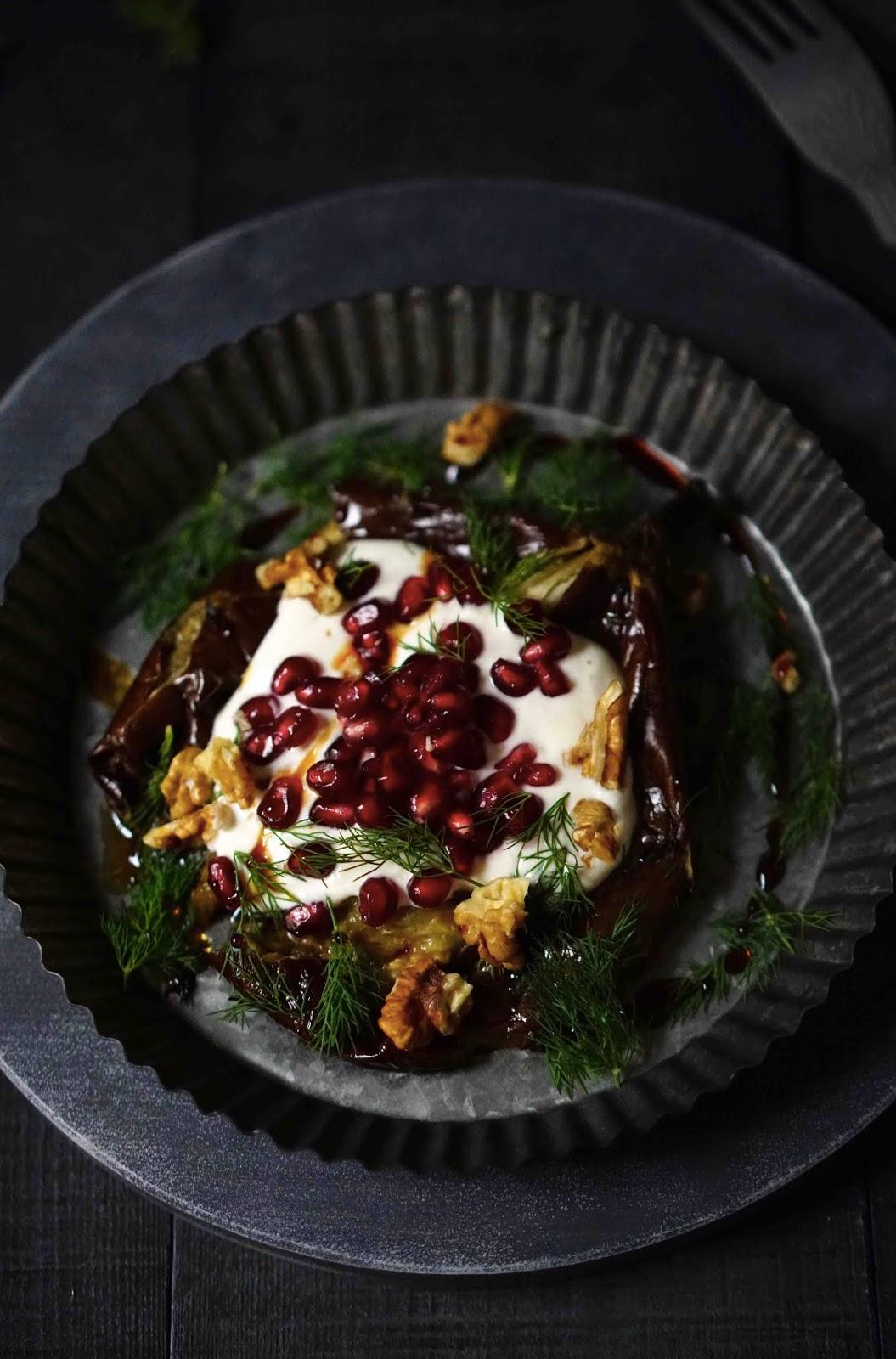 aubergines au four , recette facile , grenade , tahini , yaourt à la grecque , cuisine d'été