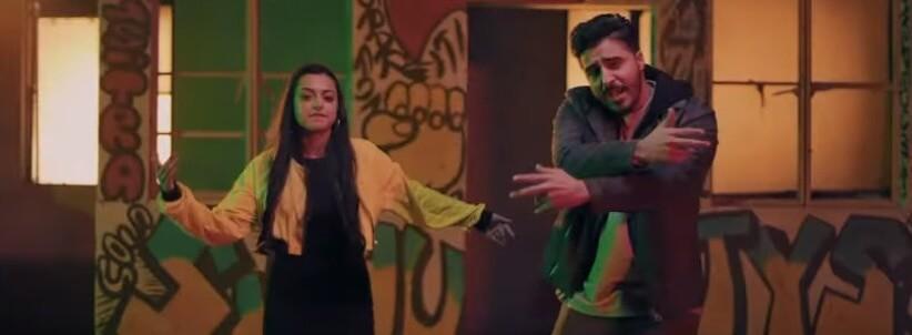 Dekhi Chal lyrics in Hindi