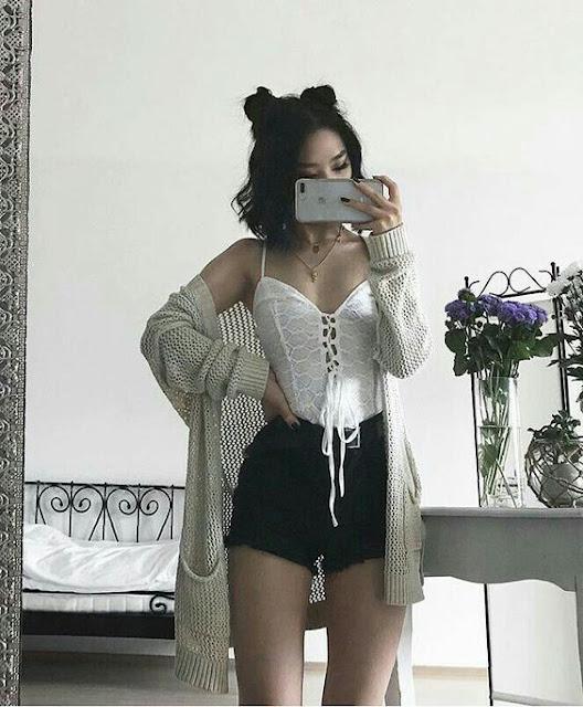 As coreanas costumam chamar muita atenção por seu estilo tumblr de ser, pois elas tem muita criatividade de combinar diferentes peças de roupa e formar looks maravilhos. Elas usam saias, shorts, calças, moletons, casacos, jaquetas e tudo isso de formas diferentes e bem variado. Dá para fazer muitos looks diferentes com o que você estiver em casa, pois o estilo das coreanas é aproveitar o que já tem, para poder criar novos looks.