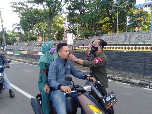 Lawan Dan Cegah Covid-19, PD IWO Tanggamus Bersama Forkopimda Edukasi Masyarakat Dengan Bagikan Ratusan Masker Dan Takjil