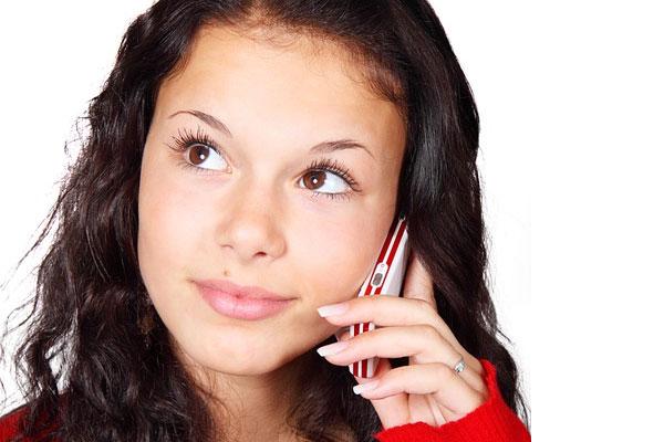 mulher ligando no celular