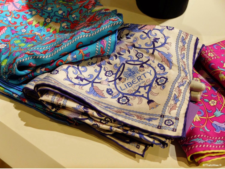 foulard soie imprimé tissu Liberty London magasin Regent Street tissu fleuri bleu rouge vert