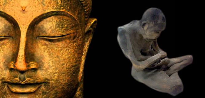 Monje momificado en estatua de buda
