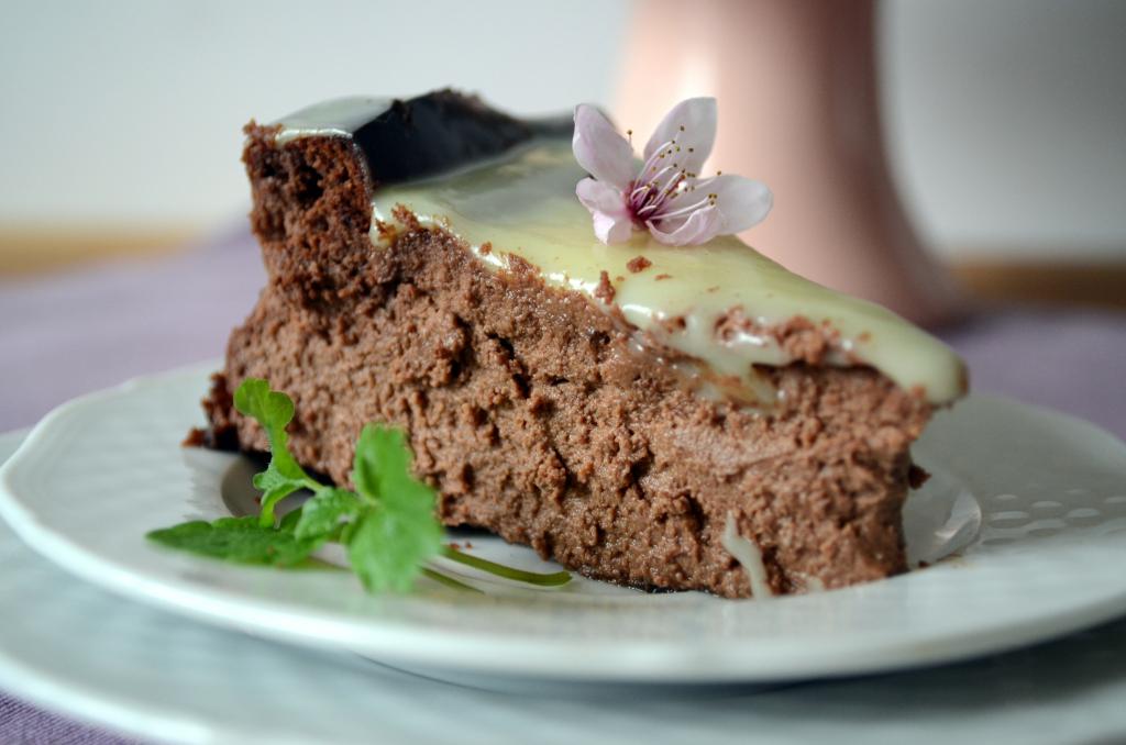 sernik-czekoladowy1 Sernik czekoladowy z polewą z białej czekolady
