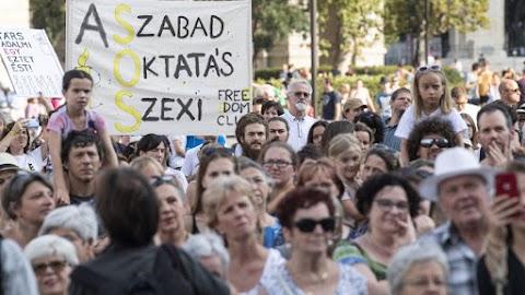 Országos diáksztrájkot jelentettek be a köznevelési törvény módosítása elleni tüntetésen