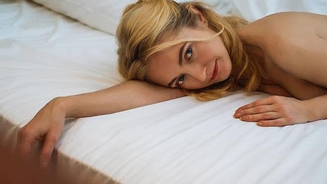 Viele Männer fragen sich, was sie sagen sollen, wenn sie mit einer Frau im Bett liegen. Solltest du schmutzig reden, sie loben oder einfach den Mund halten? Hier sind einige Aussagen, die Sie dazu bringen werden, sich nach Ihnen zu sehnen und sie immer wieder ins Bett zu bringen, wenn Sie sie in Ihr Sexualleben einbeziehen.    1. Es ist wichtig für mich, dass Sie kommen: Viele Männer geben sich damit zufrieden, zu schieben und zu stoßen, bis sie kommen und sich nicht um ihren Partner kümmern. Sagen Sie einer Frau, dass sie auch kommen muss, und sehen Sie dann, was für ein großartiger Sex Sie bekommen werden. Experimentieren Sie mit verschiedenen Positionen, gönnen Sie sich mehr Vorspiel - alles, was sie dazu bringt, zu kommen.    2. Ihre Brüste sind perfekt: Jede Frau liebt es, über ihre Brüste geschätzt zu werden. Sprechen Sie ihre Brüste an, als wären sie das perfekte Paar, und achten Sie auf sie, indem Sie sie streicheln, küssen, streicheln und lecken, und sie wird begeistert sein.