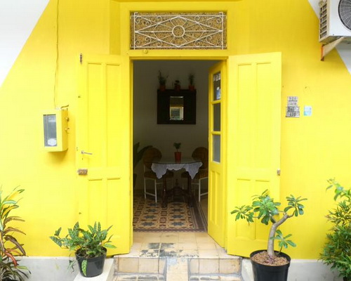 Tinuku.com Benetta House add yellow paint to unify impression pop into colonial architecture and classic-vintage interior