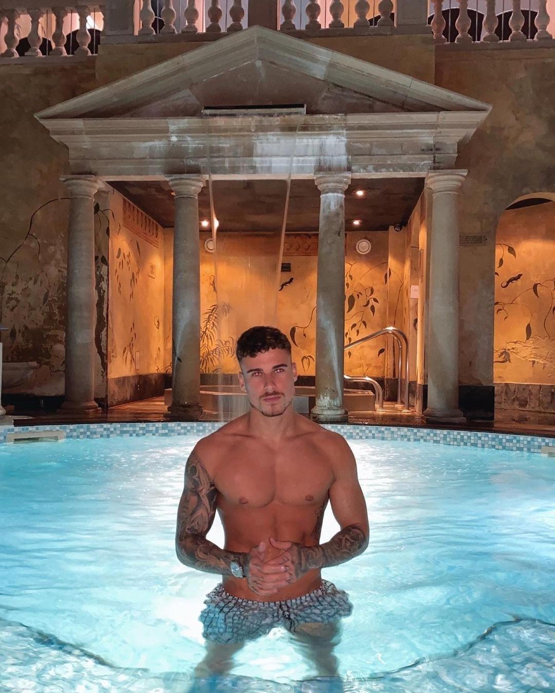fit-shirtless-dude-kori-sampson-luxurious-pool