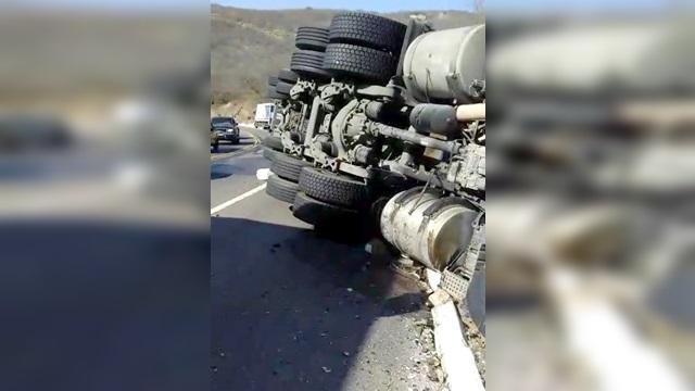 Vídeo: Caminhão tomba na Serra de Santa Luzia na tarde desta quarta-feira (30)