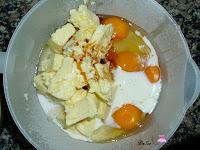 Añadiendo los huevos, el azúcar, la esencia de vainilla y la leche