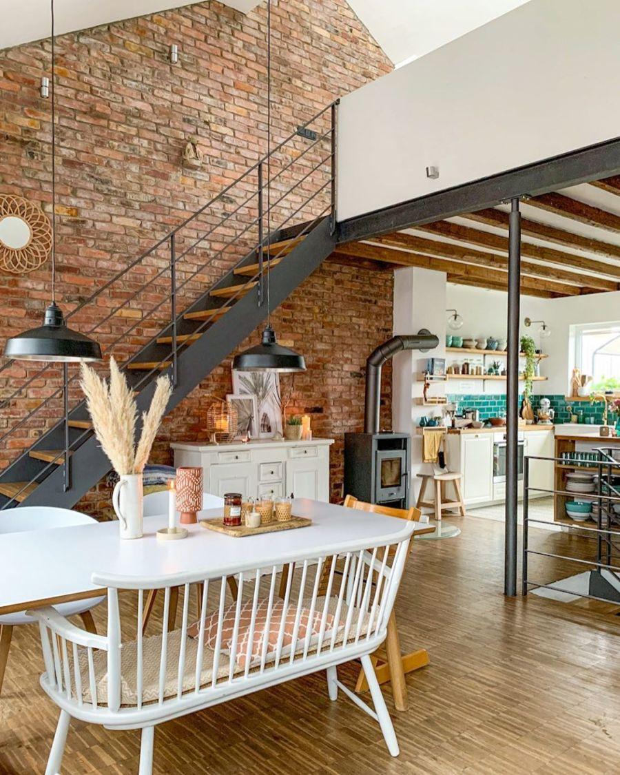 Wiosenne kolory w klimatycznym mieszkanku, wystrój wnętrz, wnętrza, urządzanie domu, dekoracje wnętrz, aranżacja wnętrz, inspiracje wnętrz,interior design , dom i wnętrze, aranżacja mieszkania, modne wnętrza, home decor, styl skandynawski, scandi, scandinavian style,  salon, pokój dzienny, living room, otwarty salon, otwarty plan, schody, cegła, cegła na ścianie, stół, krzesła, ławka przy stole