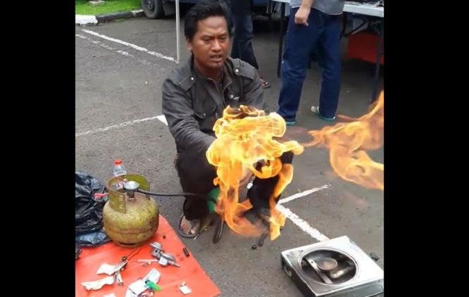 Viral ! Aksi Penjual Pengaman Gas LPG Ini Tarik Banyak Perhatian Warganet