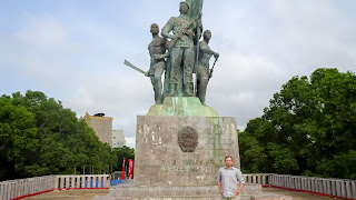 Me in front of the Cotonou monument