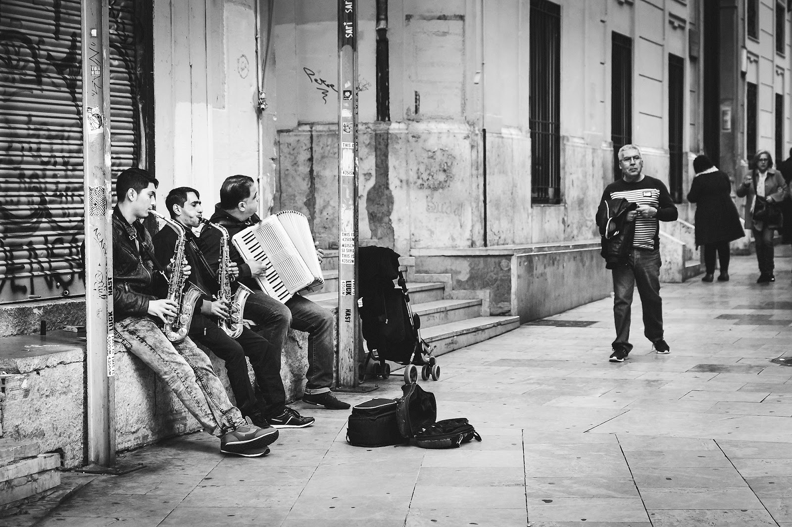 black and white street photography of musicians in Valencia Spain by Willie Kers