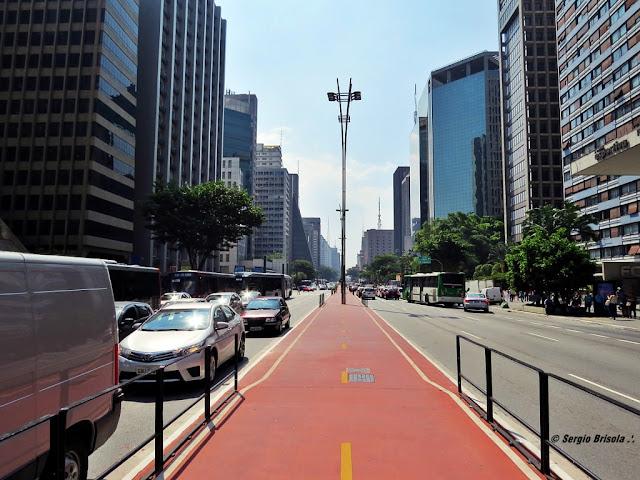 Foto em perspectiva central da Avenida Paulista São Paulo destaque para ciclovia e arranha-céus