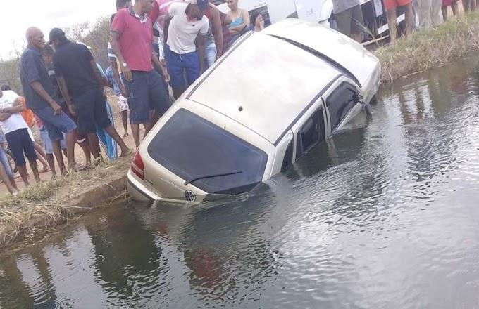 Quatro jovens morrem após carro cair em canal de irrigação em Juazeiro