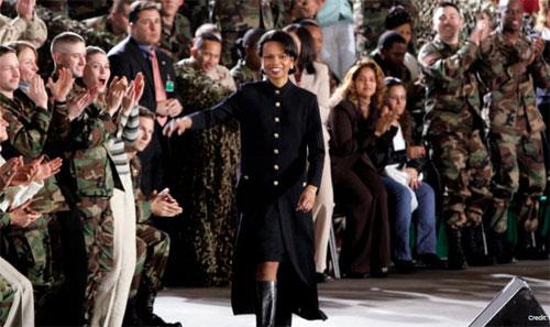Condoleezza Rice tiba untuk memperkenalkan Presiden Bush kepada pasukan Amerika di Lapangan Terbang Angkatan Darat Wiesbaden. Kredit: J. Scott Applewhite / AP