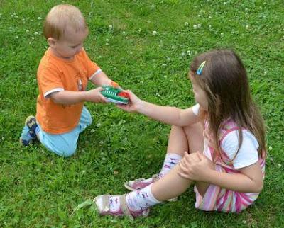 Kind teilt mit einem anderen