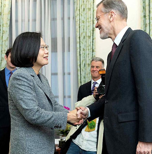 Tsai Ing-wen após a reeleição recebe congratulações do corpo diplomático.