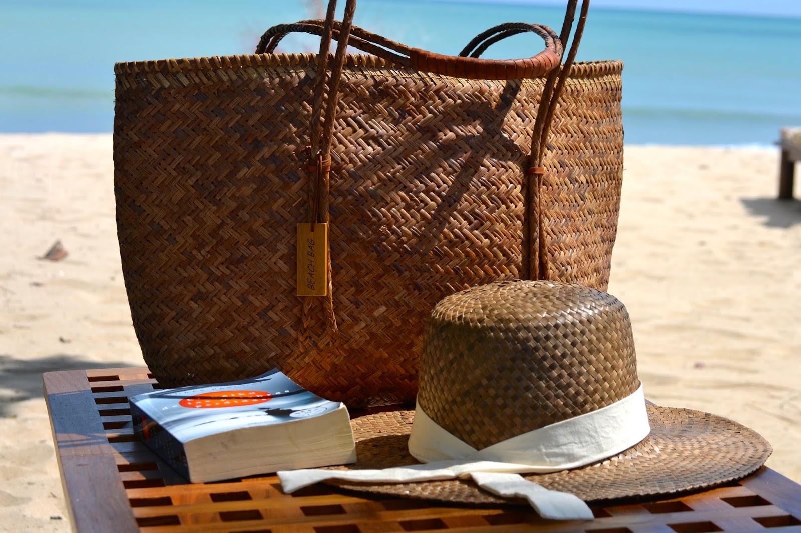 accesorios de playa, sombrero y capazo de paja
