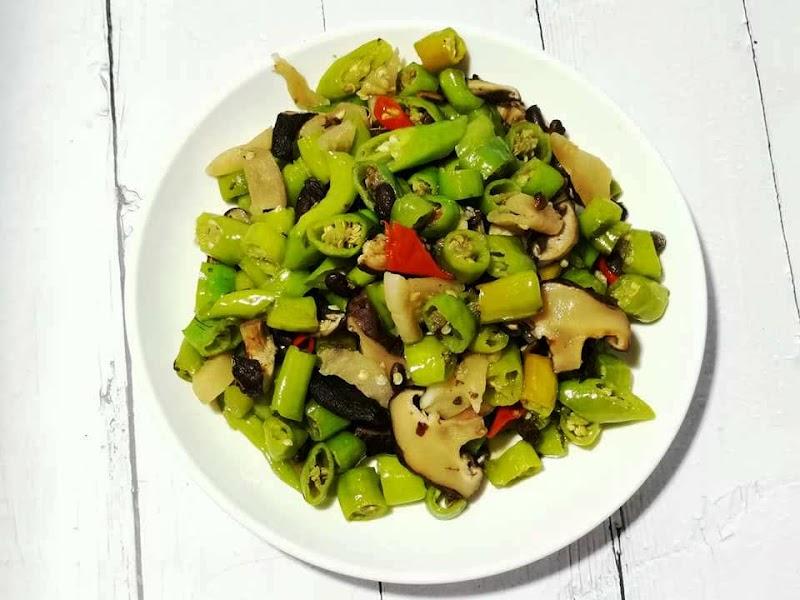 香菇炒糯米椒,不要被辣椒嚇到,綠色糯米椒不會辣。