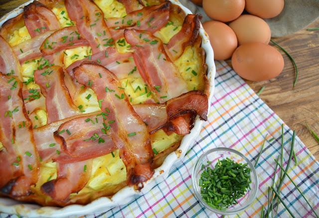 Tarta de calabacin con crema de queso, pimientos del piquillo y bacon