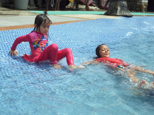 Area bermain kolam renang yang aman dan nyaman untuk putra-putri anda