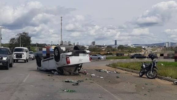 Carro capota na BR-104 e deixa duas pessoas feridas