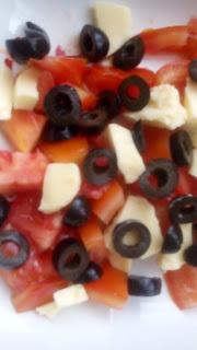 ensalada de tomate, queso y aceitunas negras