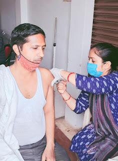 टीकाकरण बूथ पर जाकर टीका लगवाने वालो में अब दिख रही तेज़ी   #NayaSaberaNetwork