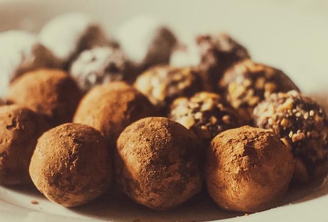 bolas de trufas de chocolate cubiertas de cacao en polvo