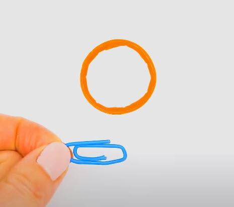 Lepaskan ring bagian leher botol plastik dan siapkan kawat paper clip.