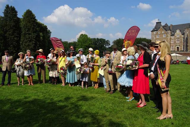 Gruppenbild mit Gewinnern des 1. Fashion Awards auf Schloss Merode