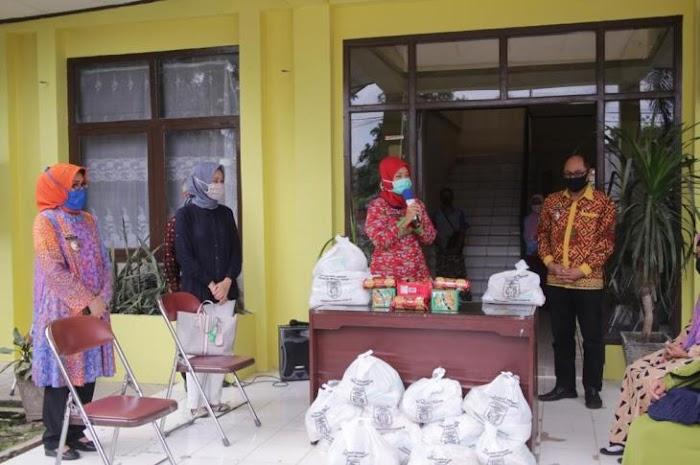 Hari Lansia Nasional ke-24, Pemprov Lampung Bagikan Bantuan Sosial kepada 150 Lansia
